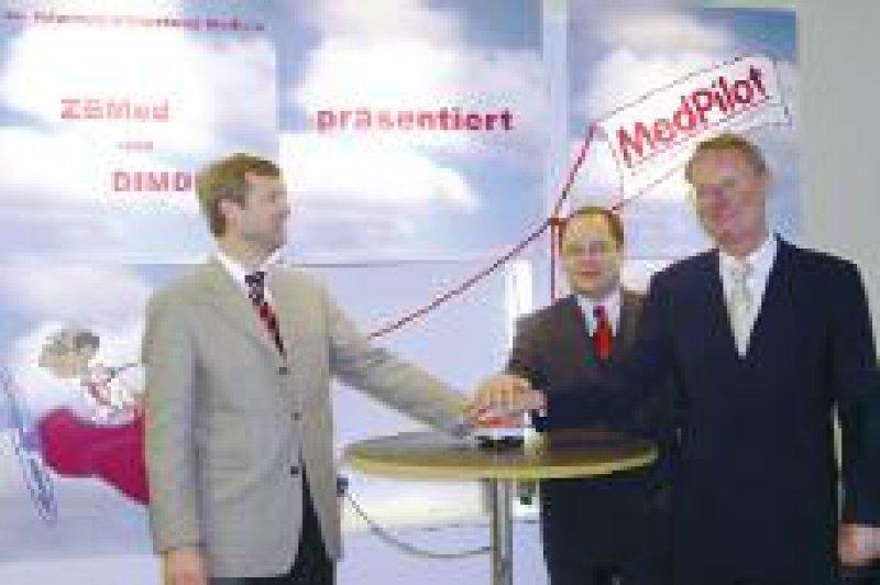 Der Präsident der Wissenschaftsgemeinschaft Leibniz Hans-Olaf Henkel, Dr. Frank Warda vom DIMDI und Ulrich Korwitz vom ZBMed bei der Inbetriebnahme von MedPilot Foto: Natascha von Glahn, Merumed Verlag