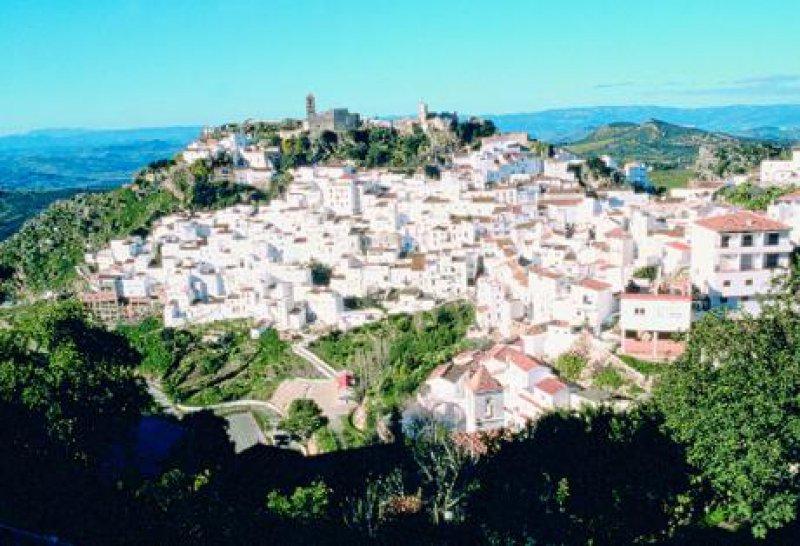 Andalusien/Spanien: Blick auf Casares hoch am Bergkegel – die Ruinen einer arabischen Festung überragen das Häusermeer.