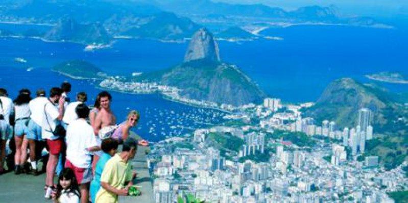 Den besten Blick auf die Stadt hat der Tourist auf dem höchsten Berg in Rio, dem Corcovado. Hoch über Rio ragt der Cristo Redentor in den Himmel und breitet schützend seine Arme über die Stadt und ihre Menschen aus. Foto: Renate V. Scheiper