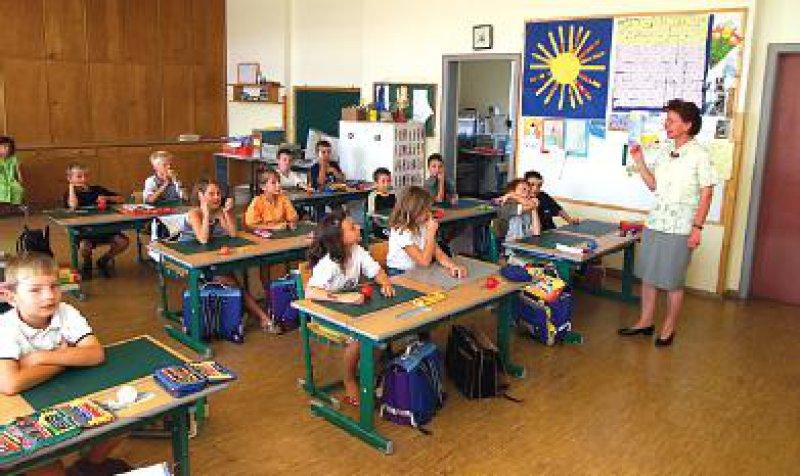"""""""Schmerzprävention"""" beginnt bereits im Kindesalter, denn Rückenschmerzen entstehen bereits in den Schulen durch falsche Sitzpositionen. Foto: BilderBox"""