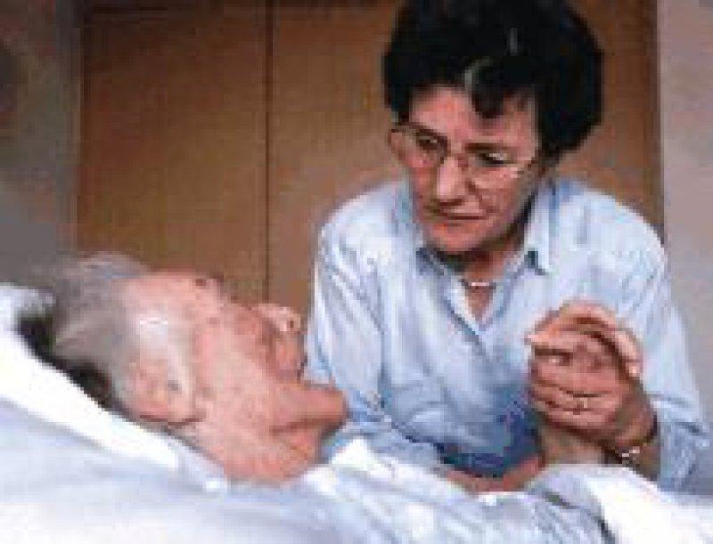 Dreimal mehr Mitarbeiter kümmern sich in Hospizen um die Patienten als in Krankenhäusern. Dennoch sind sie deutlich kostengünstiger. Foto: KNA