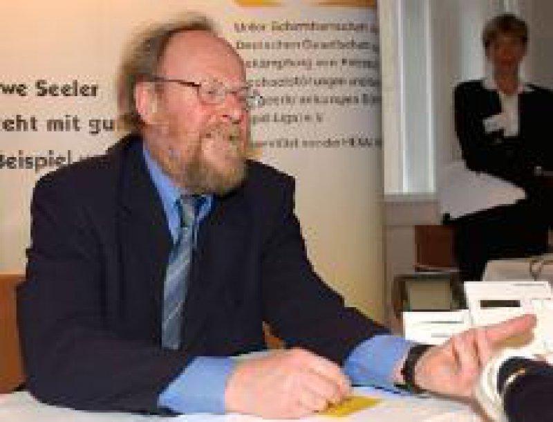 """Am """"Tag des Cholesterins"""" (12. März) haben sich in Berlin zahlreiche Spitzenpolitiker ihren Lipidwert bestimmen lassen. Im Bild die ehemalige und der jetzige Bundestagspräsident( in): Rita Süssmuth und Wolfgang Thierse Fotos: Hexal AG"""
