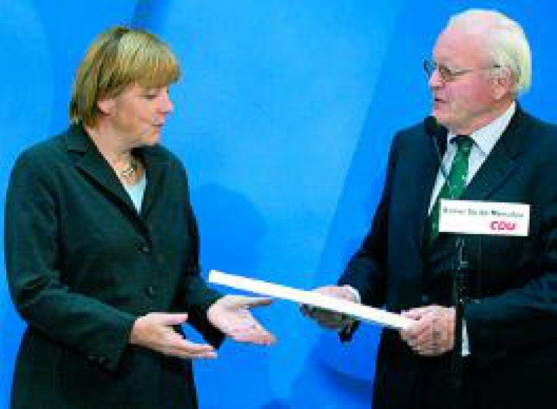 Am 30. September überreichte Altbundespräsident Herzog CDU-Chefin Merkel den umstrittenen Kommissionsbericht. Foto: ddp