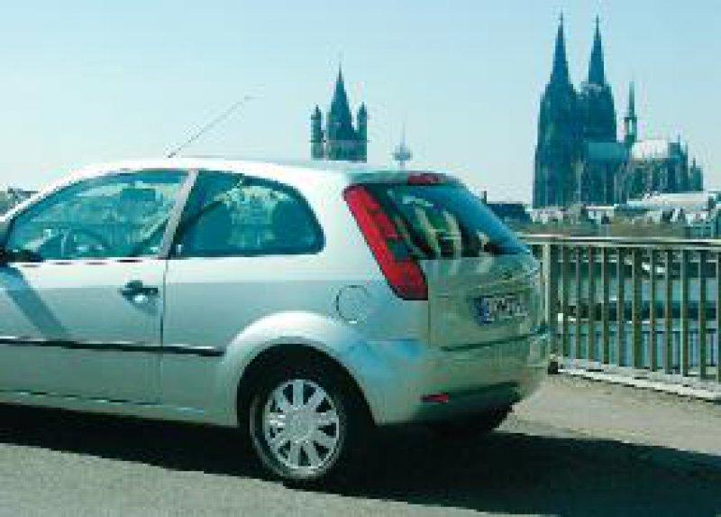 Kölner Klassiker vor Kölner Panorama: Der Ford Fiesta (auf dem Foto als Dreitürer) hat an Profil gewonnen. Foto: Marc Seidel
