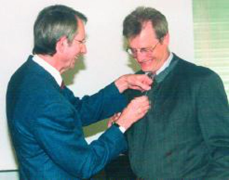 Professor Dr. Rainer Sundmacher ist mit der Ernst-von- Bergmann-Plakette der Bundesärztekammer ausgezeichnet worden. Links: Prof. Dr. med. Jörg-Dietrich Hoppe, Präsident der Bundesärztekammer, Köln Foto: Jürgen Brenn