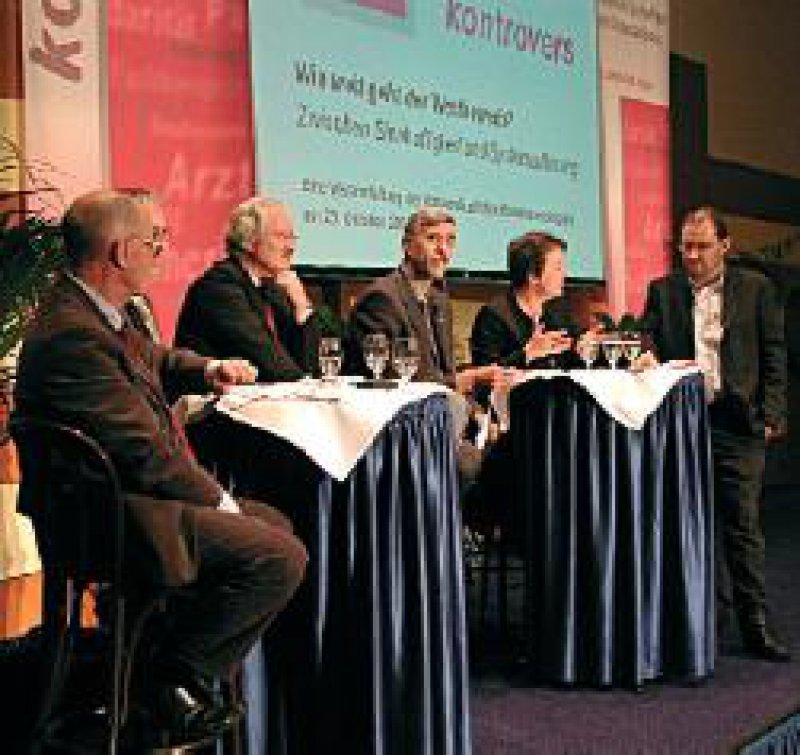 Diskussionsrunde mit (von links) Robbers,Wasem, Hoberg, Hansen, Mickley und Moderator Dr. Andreas Lehr Foto: Roland Ilzhöfer