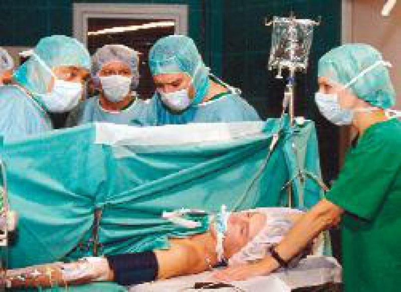 Damit Operationsszenen möglichst authentisch wirken, werden die Schauspieler von einer Krankenschwester beraten.