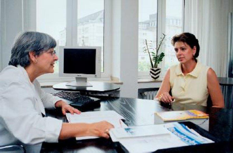 Die niedergelassenen Gynäkologinnen und Gynäkologen verbringen seit Veröffentlichung der Studienergebnisse zur postmenopausalen Hormontherapie viel Zeit damit, mit ihren Patientinnen ausgiebige Aufklärungsgespräche zu führen. Foto: Aventis Pharma Deutschland GmbH