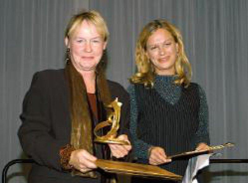 Der Film- und Fernsehpreis 2003 des Hartmannbundes ging an Edda Leesch (rechts) und an Christine Kabisch, die durch Liane Jessen (l.), Redakteurin beim Hessischen Rundfunk, vertreten wurde. Foto: Frank Pfennig