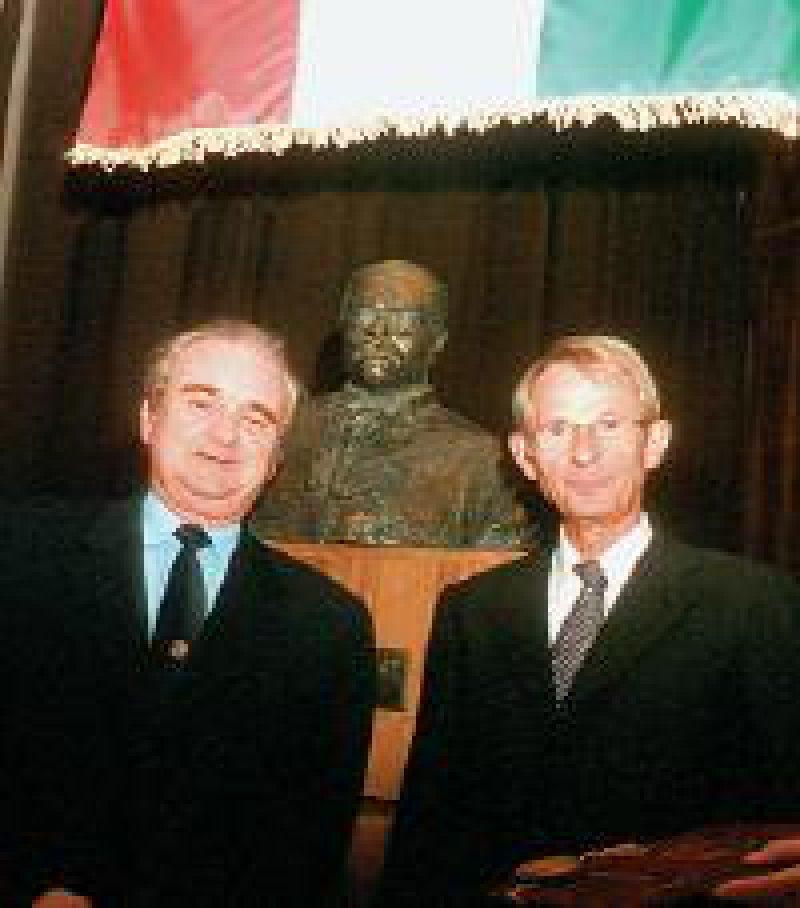 Rektor Péter Sótonyi (links) ernannte den Präsidenten der Bundesärztekammer, Jörg- Dietrich Hoppe, zum Ehrensenator.