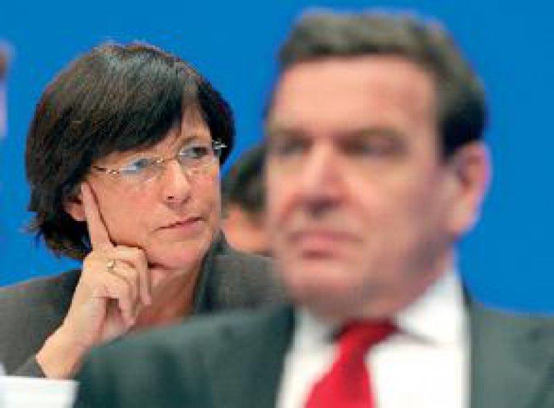 """Bundesgesundheits- und -sozialministerin Ulla Schmidt (neben dem Kanzler): """"Die Gesundheitsreform muss umgesetzt werden."""" Fotos: phalanx"""