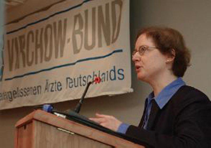 Foto: NAV-Virchow-Bund Konflikte zwischen Arzt und Gesellschaft sind programmiert: Dr. med. Andrea Dörries bei ihrem Gastvortrag