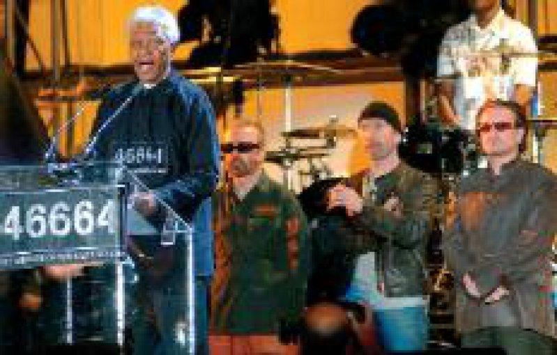 Aids-Benefiz-Konzert in Südafrika: Nelson Mandela begrüßt 40 000 Zuschauer. Foto: dpa