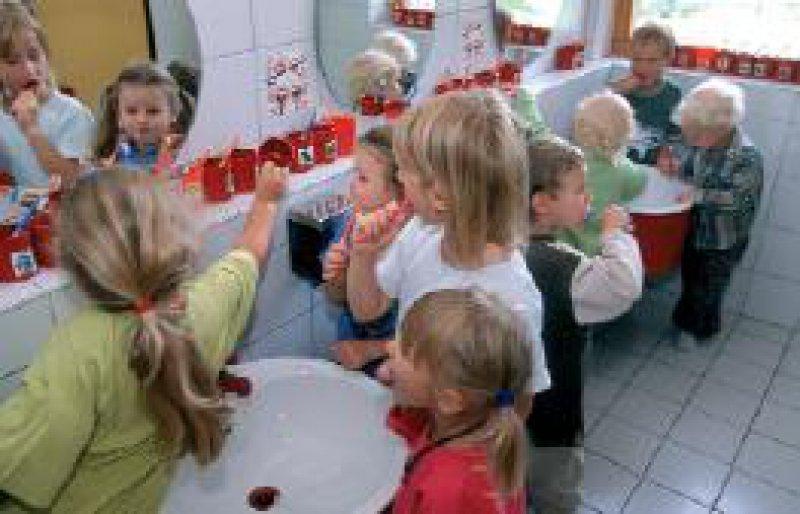 Gemeinsames Zähneputzen: Hier werden Kindergartenkinder in Gunningen (Baden- Württemberg) an die Zahnprävention herangeführt. Foto: Caro