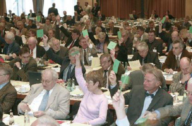 """Abstimmung von Anträgen: Die Delegierten votierten unter anderem mehrheitlich für die Konstruktion """"KV Consult"""" und damit für eine Stärkung der Kassenärztlichen Vereinigungen. Fotos: Georg J. Lopata"""