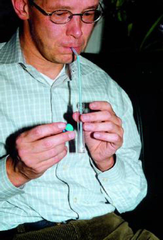 Zur Gewinnung der Atemproben bei den 13C-Atemtests genügt es, die Ausatemluft über einen Strohhalm in ein verschließbares Glasröhrchen zu pusten.