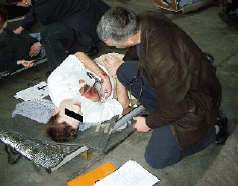 """Triageübung des DGKM im Berliner Wenckebach-Klinikum: Ein Arzt sichtet einen """"Verletzten"""". Foto: Florian Bubser/DGKM e.V."""