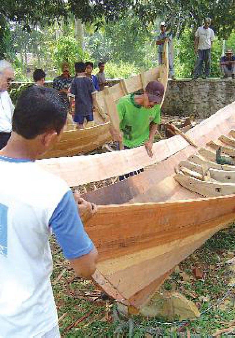 Arbeit für Handwerker und Fischer durch den Bau von Booten: GTZ-Projekt in Aceh Foto: dpa