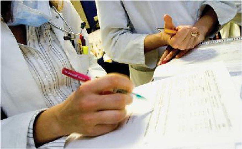 Foto: JOKER Lästige Bürokratie: Vor allem die Prüfpraxis des MDK nervt die Klinikärzte. Das Rambøll-Gutachten klammert dies aus.