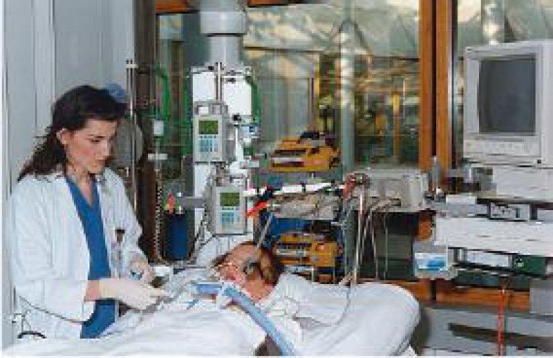 Die pathophysiologischen Veränderungen im Hirntod führen zu typischen Komplikationen des Kreislaufes und des Flüssigkeitsund Elektrolythaushaltes. Auch der Abfall der Körpertemperatur und die Entgleisung des Stoffwechsels können die Organfunktionen beeinträchtigen. Die Infektionsdiagnostik dient dem Schutz der Organempfänger vor lebensbedrohlichen Erregern. Foto: DSO