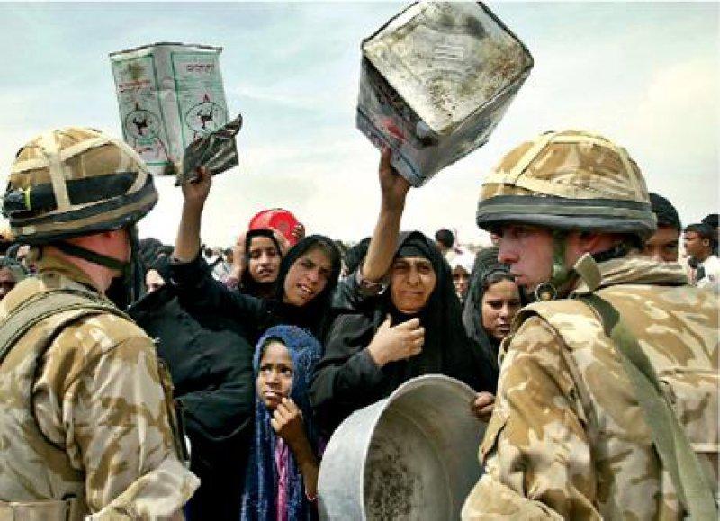 April 2003: Britische Soldaten versorgen die Bevölkerung in der südirakischen Stadt Basra mit Trinkwasser. Foto: AP Photo