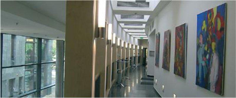 Galeriegang der KBV im ersten Obergeschoss. Links zu sehen: die Glasfassade des neuen Sitzes Fotos: KBV