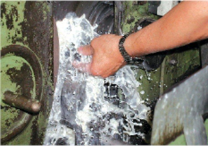 Hautbelastungen in der Metallindustrie: ständiger direkter Hautkontakt mit wassergemischtem Kühlschmierstoff bei einem Metallschleifer Foto: Dr. Englitz, Norddeutsche Metall-BG