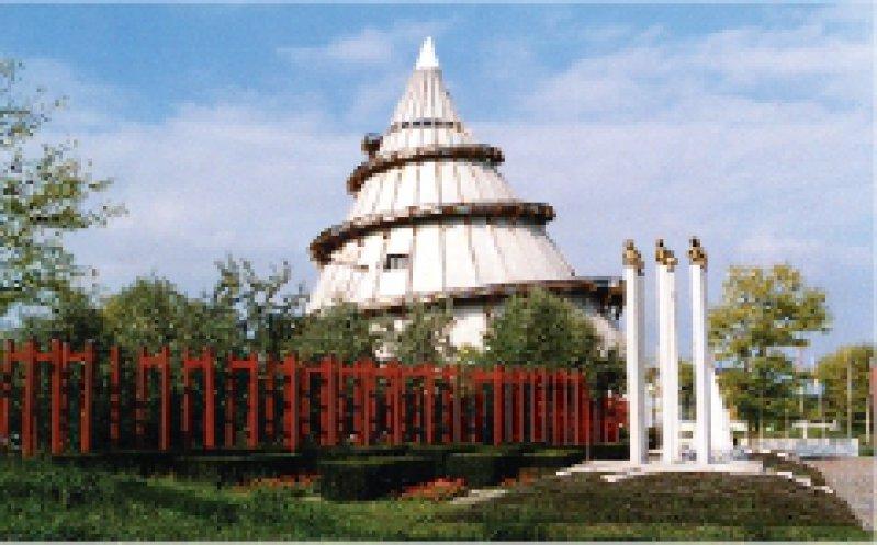 Magdeburg: Der Jahrtausendturm ist die Attraktion im 100 Hektar großen Elbauenpark Fotos: Ursula Wiegand