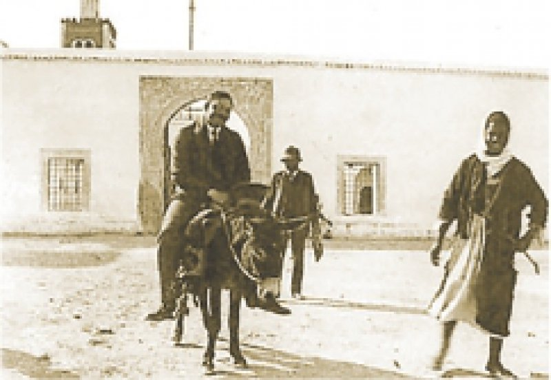 """Foto: August-Macke-Haus, Bonn August Macke (vorn) und Paul Klee im April 1914: """"Ich versuche zu malen. Ein Rhythmus für immer."""""""