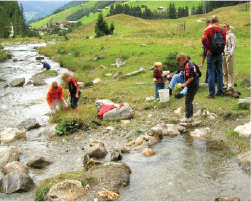 """Welche Tiere verbergen sich unter den Steinen imWildbach? Kreatives und naturnahes Programm für die Kleinen bieten die """"Family Tirol""""-Dörfer."""