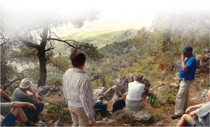 Rastplatz mit Aussicht:Wanderer werden mit abwechslungsreicher Landschaft undVegetation, mit spektakulären Zielen für das Bergauf, Bergab belohnt.