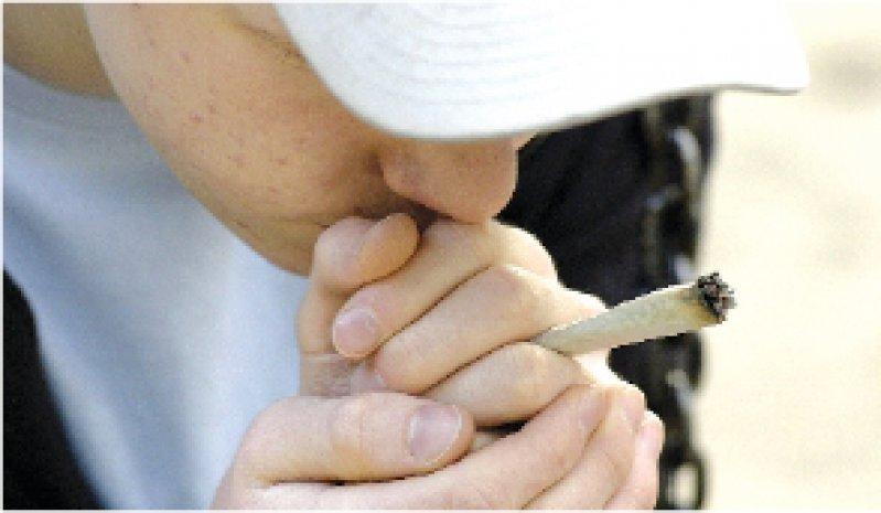 Foto: KEYSTONE Früh übt sich: Das Risiko für eine psychische Abhängigkeit von Cannabis ist umso größer, je früher Jugendliche zum Joint greifen.