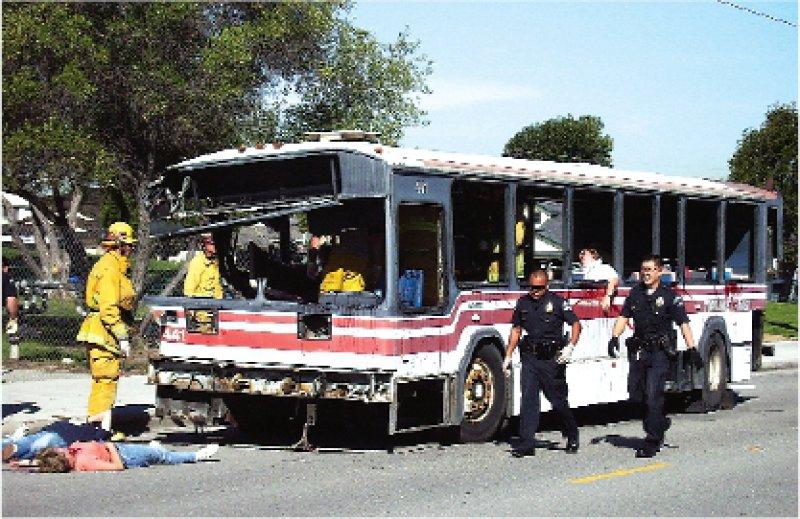 Bombenanschlag auf einen Linienbus: Polizei und Feuerwehr von Torrance, der viertgrößten Gemeinde von Los Angeles, bereiten sich auf den Ernstfall vor. Fotos: Petra Spielberg