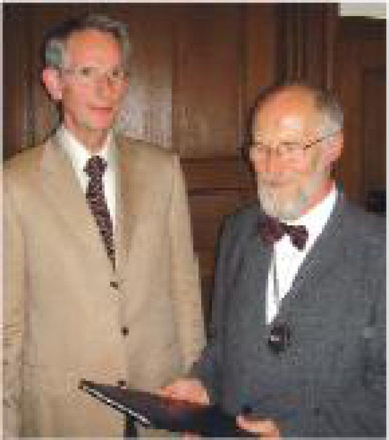 Eggert Beleites (rechts) erhält die Ehrenurkunde vom Präsidenten der Bundesärztekammer. Foto: Bundesärztekammer