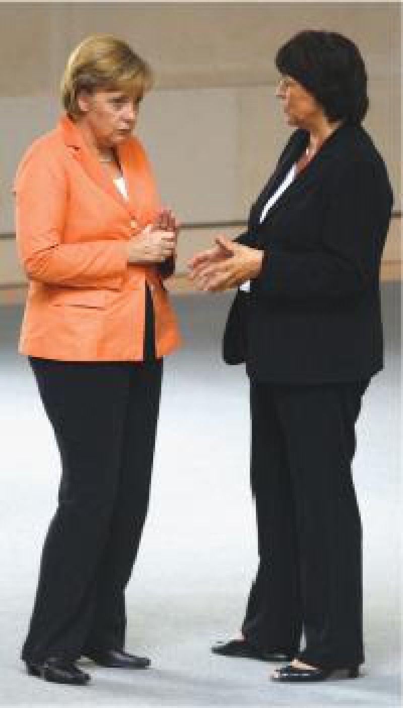 Da passt schon noch ein Blatt Papier dazwischen: Angela Merkel im Gespräch mit Ulla Schmidt Foto: ddp