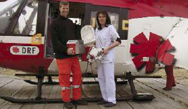 Das Rettungsteam mit der Mini-HLM: Die transportable Herz-Lungen-Maschine ist so konstruiert, dass sie nah am Patienten fixiert und transportiert werden kann. Foto: Universitätsklinikum Regensburg