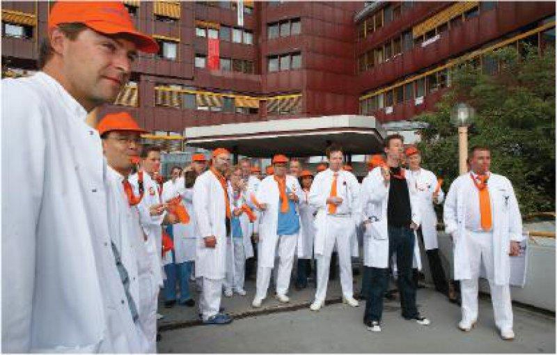 Ein eigener Tarifvertrag muss her – auch an den kommunalen Krankenhäusern. Die Ärzte des Kreiskrankenhauses Gummersbach zeigen sich an ihrem ersten Streiktag entschlossen. Fotos: Eberhard Hahne