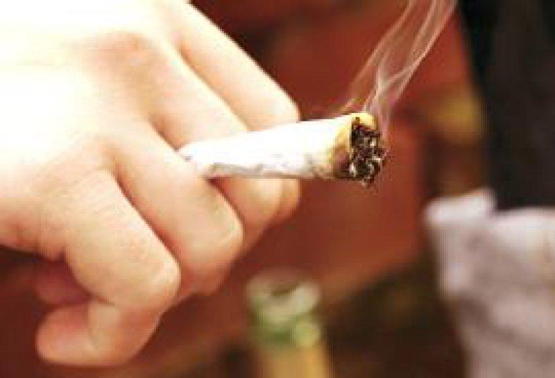 Fast jeder dritte Jugendliche probiert Cannabis aus. Foto: Photothek.net