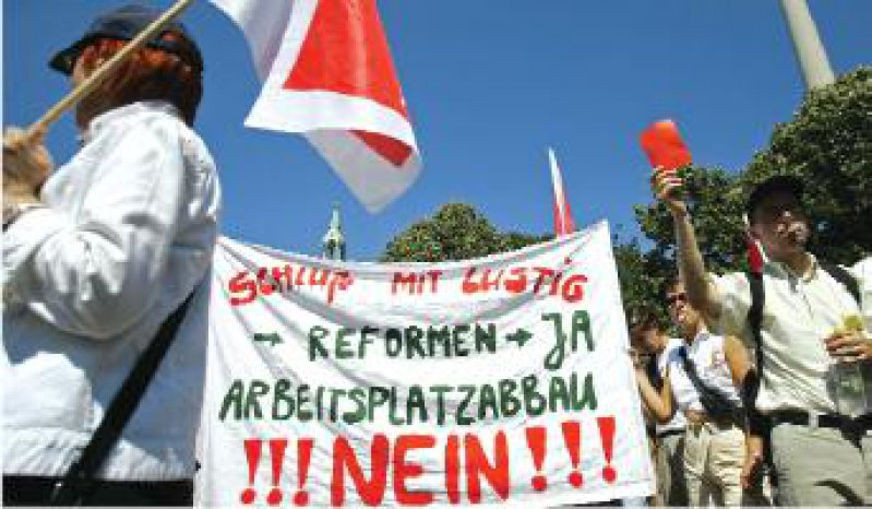 Rote Karte für Ulla Schmidt. Beschäftigte von Krankenkassen bangen um ihre Jobs. Foto: ddp