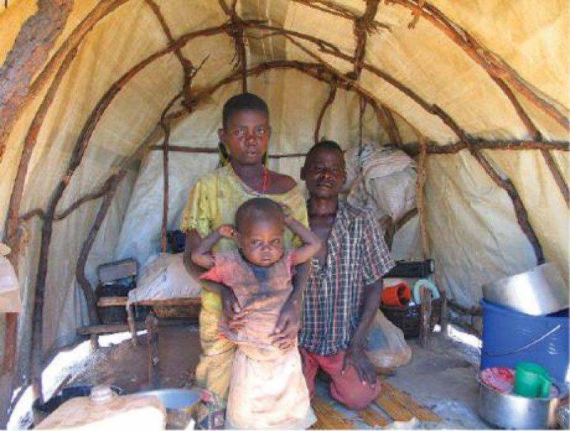 Vertriebene Familie in ihrer Hütte im Lager bei Dubie Fotos: Tankred Stöbe