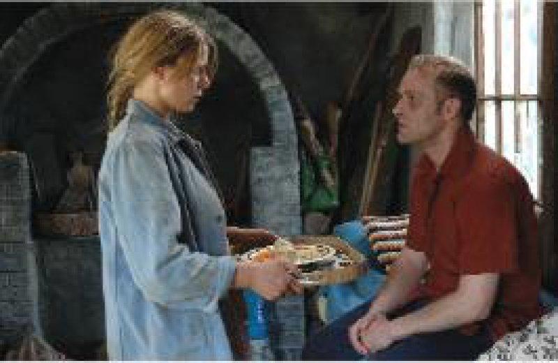 Emma (Jördis Triebel) kümmert sich liebevoll um den schwer kranken Max (Jürgen Vogel). Fotos: Pandora Film