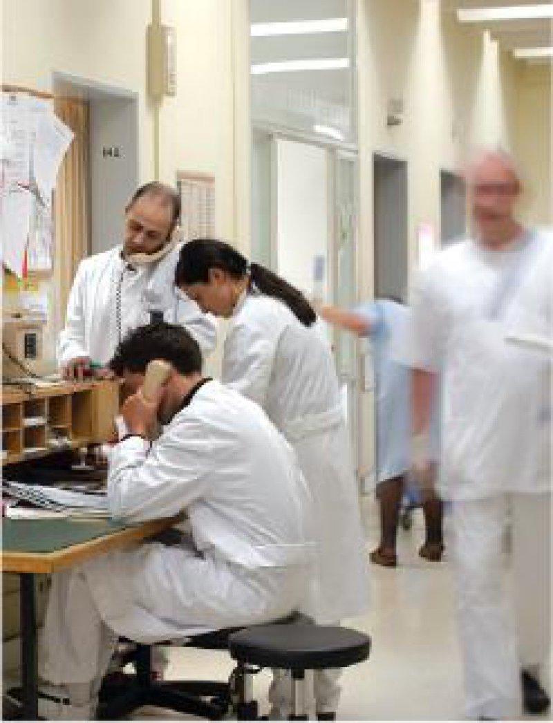 Nicht erst seit den Ärztestreiks wird über die Arbeitsbedingungen der Klinikärzte diskutiert. Foto: Peter Wirtz