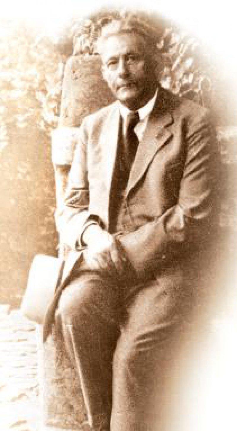 Hans Carossa im Garten einer römischen Villa, Foto um 1935 Foto: picture-alliance/akg-