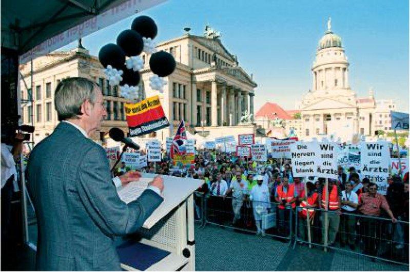 """Widerstand: """"Wir werden uns mit aller Kraft dagegen wehren, den Arztkittel gegen die Zwangsjacke des Staatsmediziners einzutauschen"""": Jörg-Dietrich Hoppe, Präsident der Bundesärztekammer, vor 12 000 Demonstranten."""