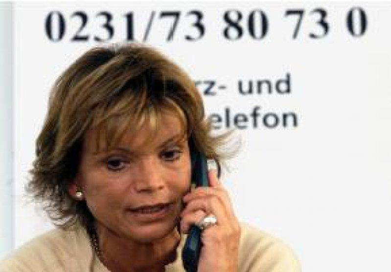 Die Schirmherrin der Deutschen Hospiz Stiftung, Uschi Glas, am Schmerz- und Hospiztelefon in Dortmund Foto: KNA