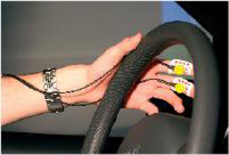 Im Fahrsimulator können physiologische Belastungsfaktoren (wie Stress) gemessen werden.