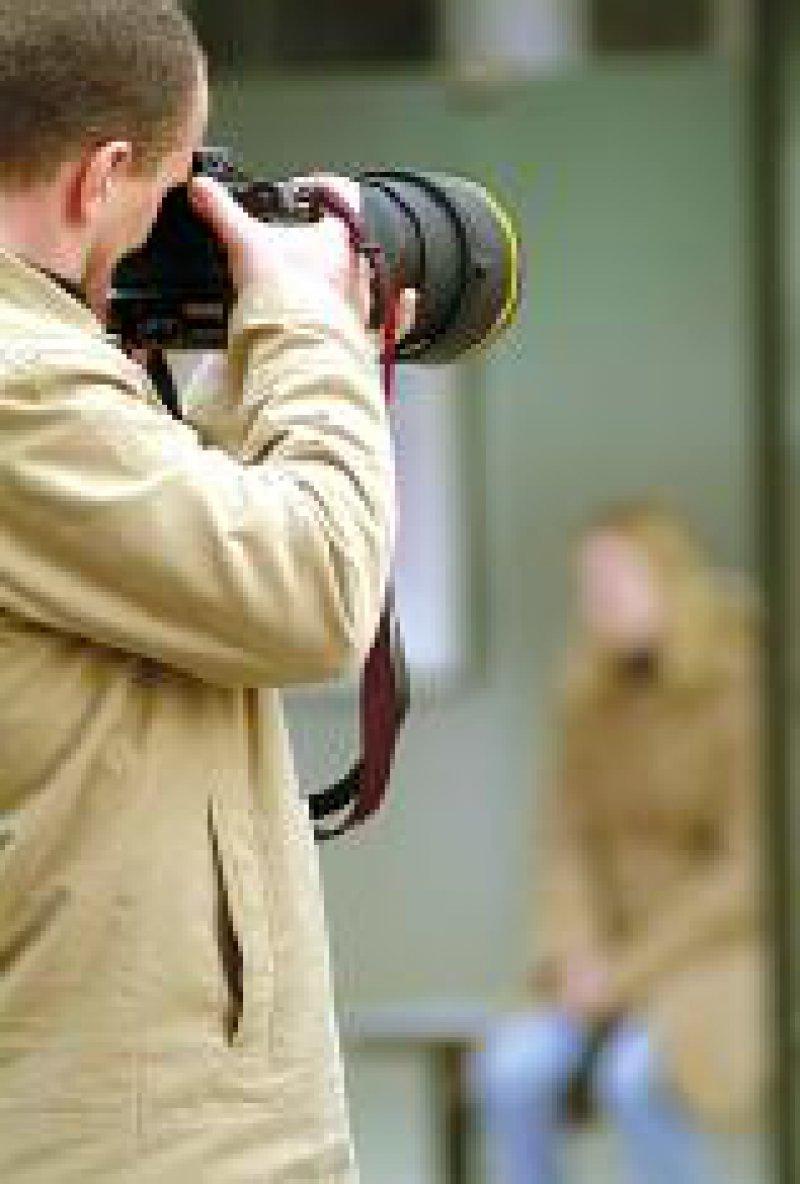 Ein Stalker beobachtet sein Opfer.Foto: Becker & Bredel