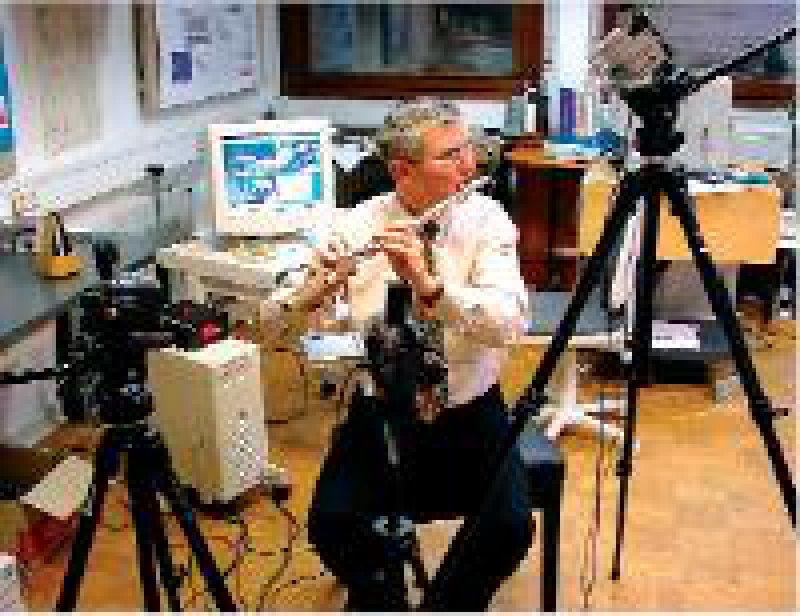 Fotos: Institute of Music Physiology and Musicians' Medicine (IMMM) Ein Querflötenspieler, umgeben von Bewegungskameras im Motoriklabor