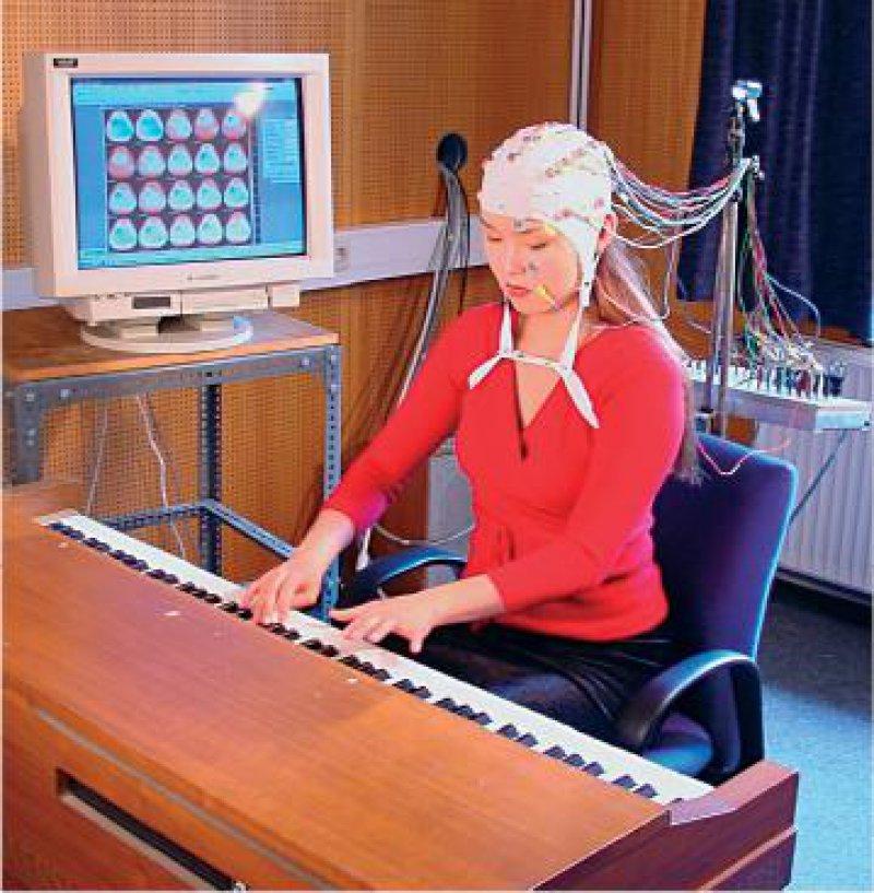 Bei einer Pianistin wurde mithilfe eines EEGs die Veränderung der Großhirnvernetzung durch das Erlernen des Klavierspiels gemessen.