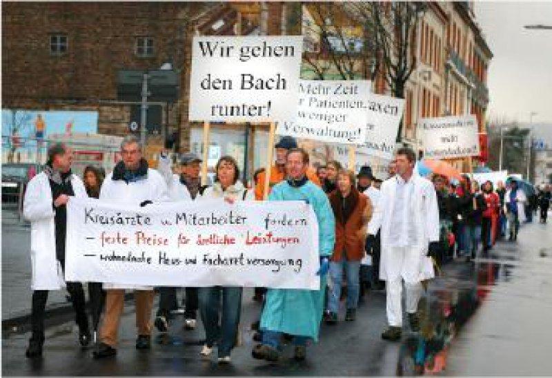 200 Ärzte und Helferinnen beteiligten sich am Protestmarsch in Bad Neuenahr-Ahrweiler. Fotos: Eberhard Hahne
